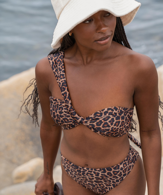Vadderad bikinitopp med en axel och djurmotiv HKM x NA-KD, Brun, main